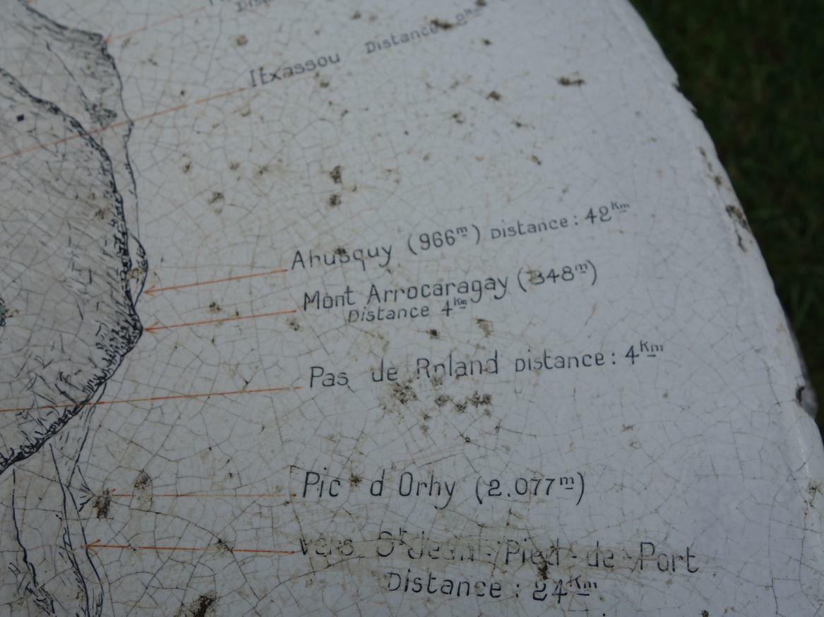 Cette table d'orientation est assez lisible avec la presque totalité des sommets significatifs des environs, avec leur altitudes et leurs distance à vol d'oiseau  Elle ne donne pas d'informations sur la faunes des alentours.