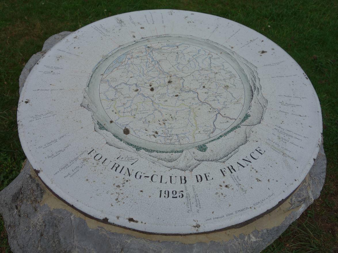 Il s'agit d'une table d'orientation d'un type assez fréquent dans les Pyrénées. Il s'agit d'une table ronde en faïence posée sur un bloc de pierre. Celle-ci date de 1925 et fut offerte par le Touring Club de France.