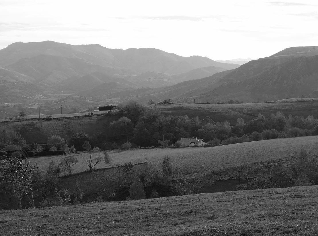 Le vallonné et verdoyant Pays Basque est toujours surprenant de beauté, en fond sur cette photographie : le Mont Baïgura.