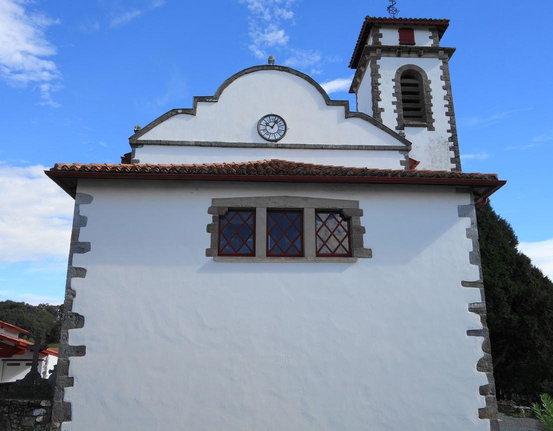 Située sur un ancien chemin de Saint Jacques de Compostelle, elle fut nommée en cet honneur. Cette église de style roman était magnifiquement restaurée lors de mon passage. Le mur à pignon sur la première photographie est quand même un détail architectural assez rare en terre Basque.