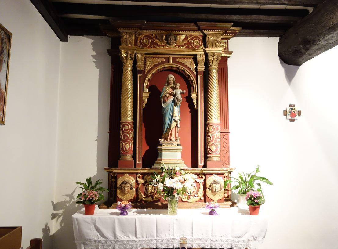 Ainsi que, comme bien souvent, une monument dédié à la vierge sur la gauche à l'entrée. Merci à Vous. Droits réservés.