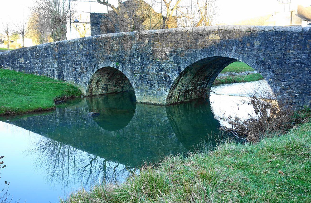 Je me propose de vous faire découvrir le second pont de la ville d'Ordiarp. Ordiarp est un joli village du Pays Basque ( Soule, Pyrénées-Atlantiques, 64 ) situé entre la ville de Mauléon-Licharre et la forêt des Arbailles. Ce village qui comptait environ 500 habitants lors de la rédaction du présent article, est traversé par l'Arangorena une rivière se jetant plus loin dans le Gave Saison, qui je jettera après d'autres réunifications dans l'Adour.