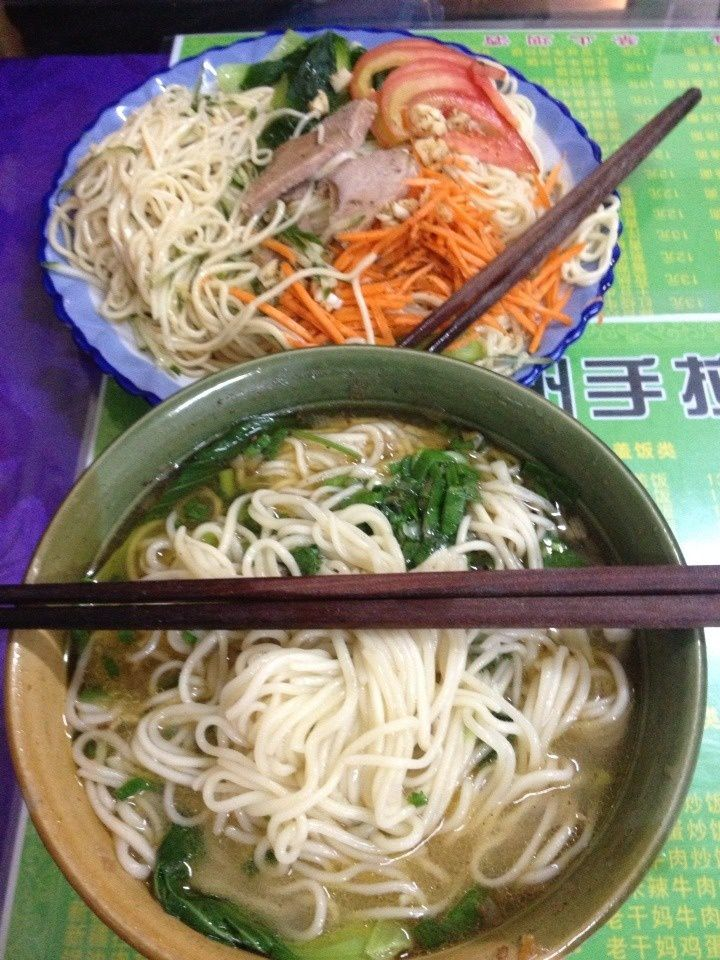 délicieux plats: soupe de noodles et salade de noodles