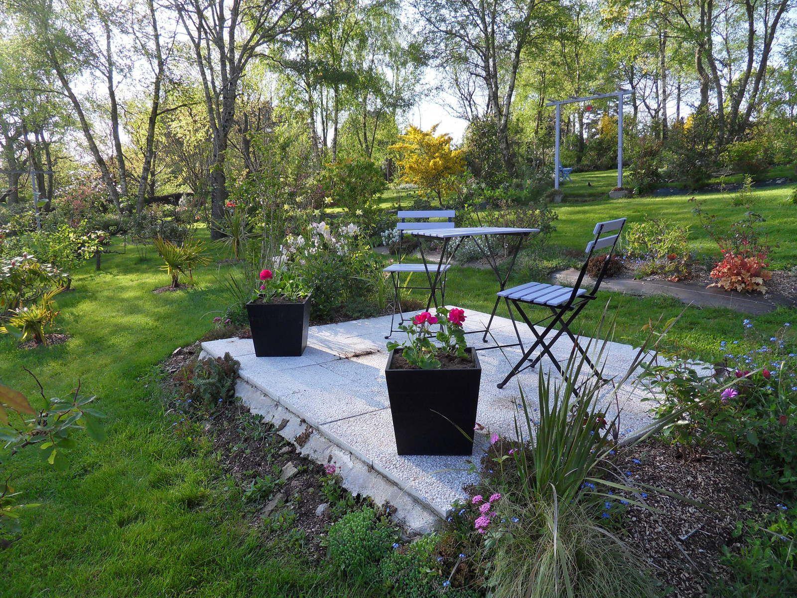 mise en place de quelques plants  ....l'entrée du jardin a aussi été fleuri....