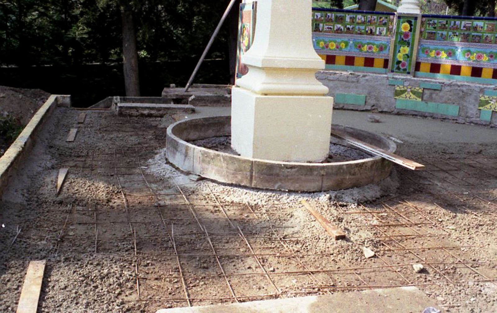 Olivier Oliviero au chevet de la fontaine Cervantes à Fontana Rosa