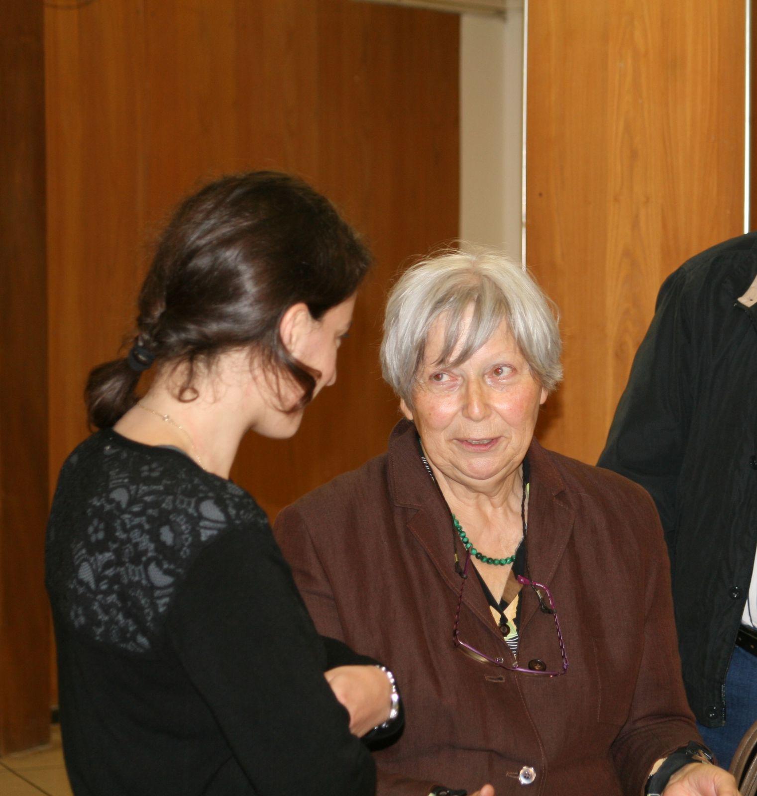 Rencontre entre Cécile Fourrel de Frettes et Lise Roméo de Zerbi au sein du Cercle Blasco Ibanez, dans la salle Blasco Ibañez de Menton.