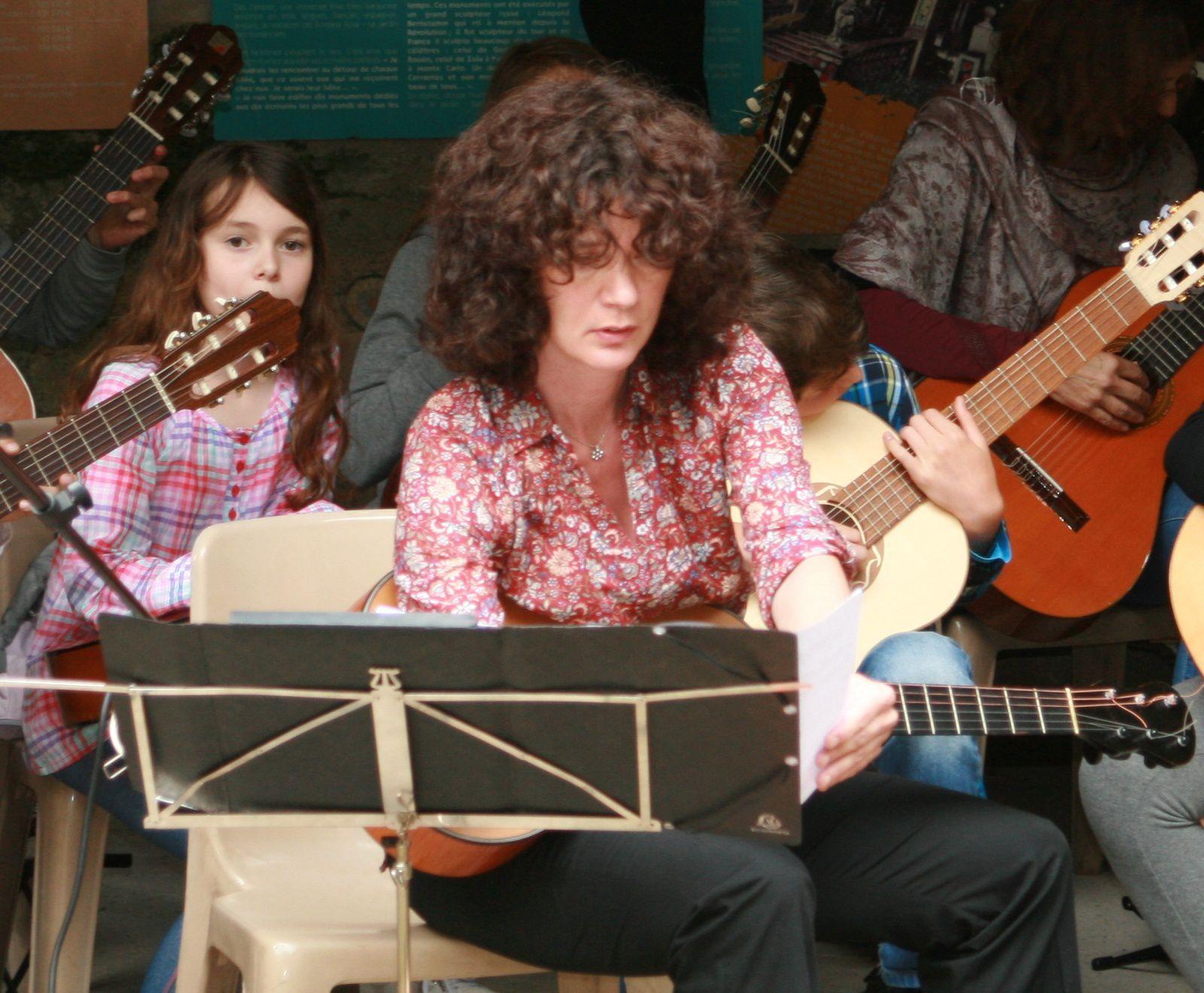 La classe de guitare de l'Ecole de musique de Roquebrune Cap Martin dirigée par Isabelle Magistry à Fontana Rosa