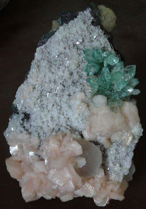 Green Apophyllite flower and Stilbite on Chalcedony from India (collection privèe)