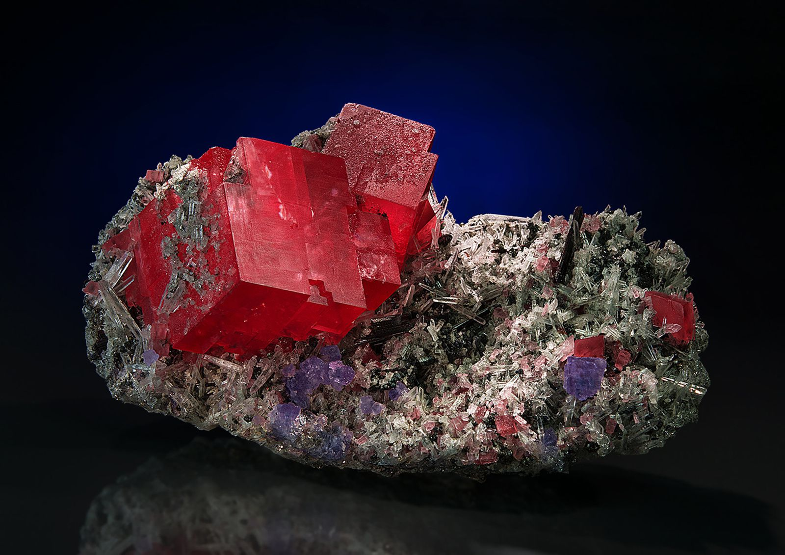 "Rhodochrosite, Quartz et Fluorine de Sweet Home Mine, Mount Bross, Alma District, Park Co., Colorado, USA (pièce de ""Saphiraminerals"")"
