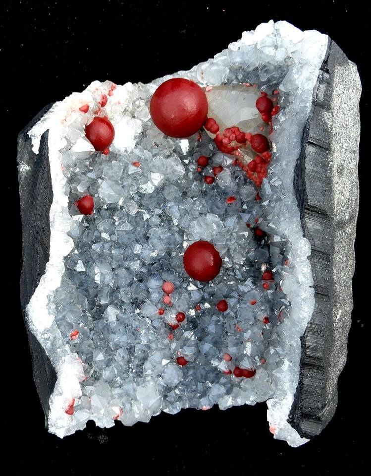 Fluorine Botroidale rouge dans Géode de Quartz de Mahodari Mine, Nasik, Maharashtra, Inde (collection privèe)