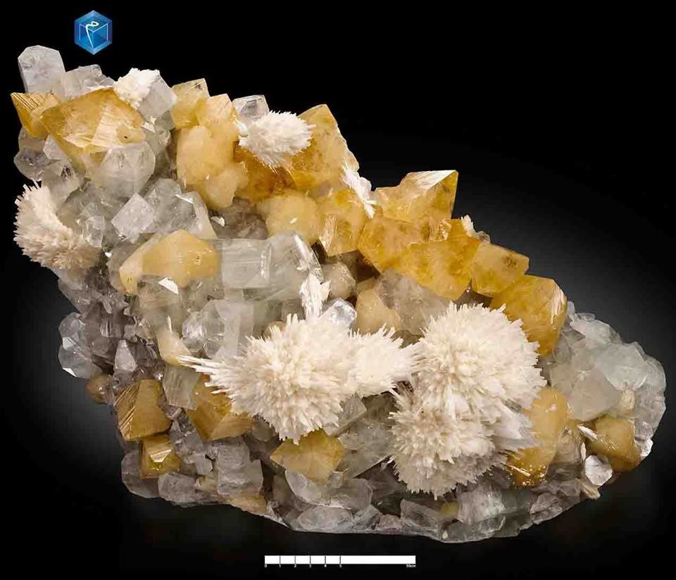 Powellite with Apophyllite and Mordenite from India (specimen and photo by Mim muséum)