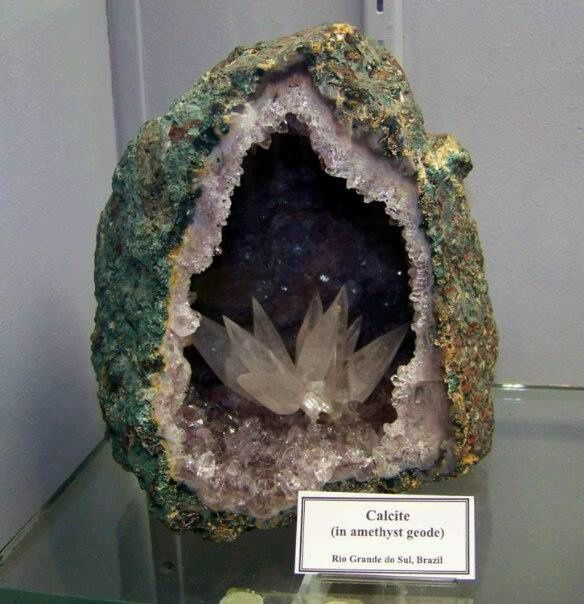 Calcite Flower on Amethsyt Geode from Rio Grande do Sul, Brazil (pièce de musée)