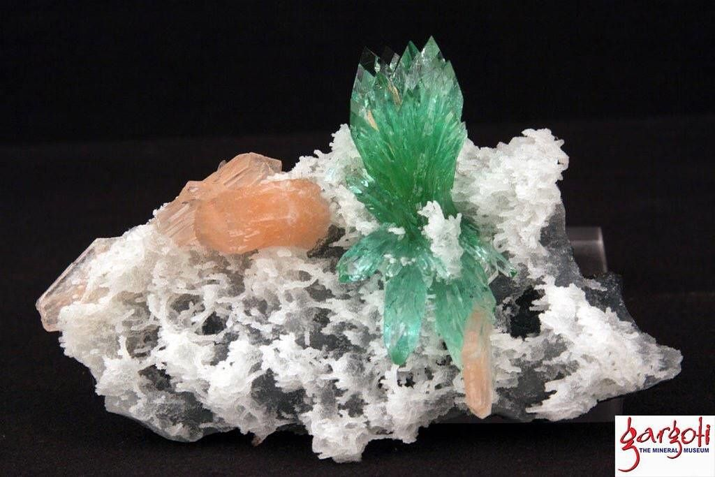 Green Apopyllite flower with Stilbite from India (pièce de Gargoti Museum)