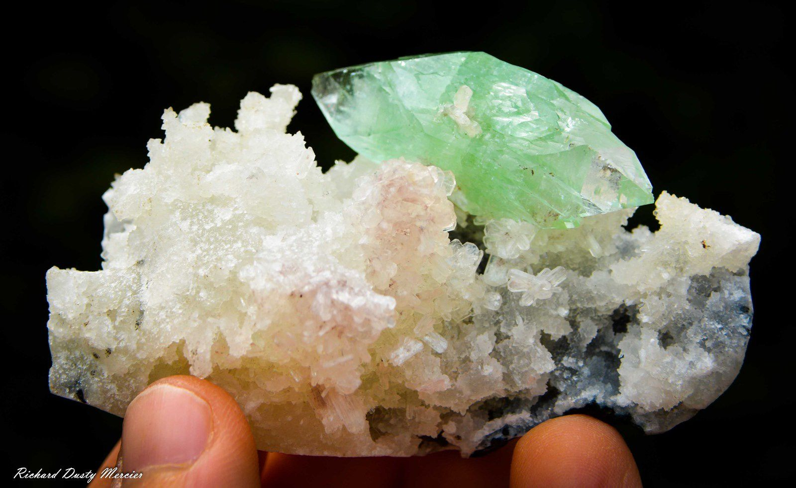 Bi terminated Green Apophyllite on Chalcedony (Calcédoine) from India