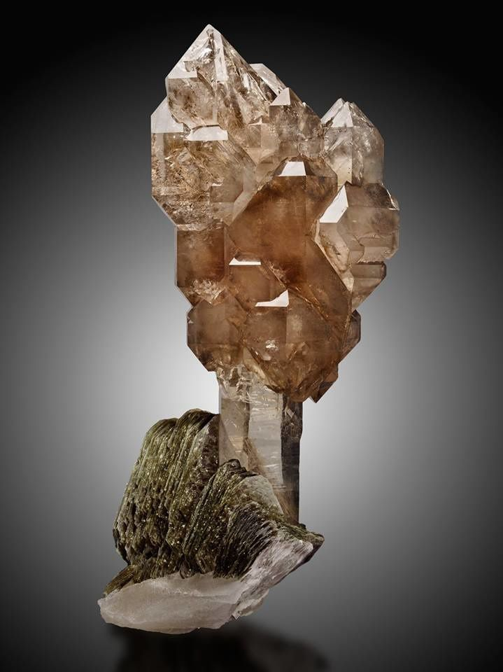 Quartz on Muscovit (photo by Heritage Auctions)