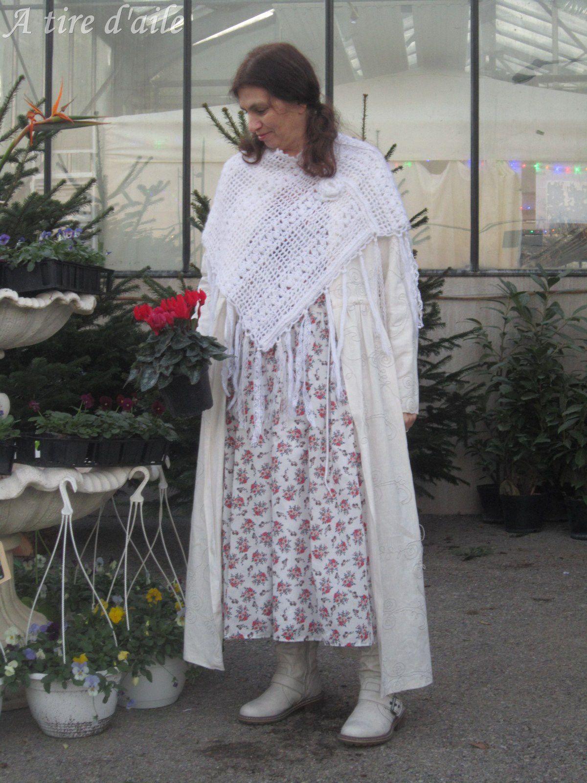 Un poncho et un manteau tout blancs