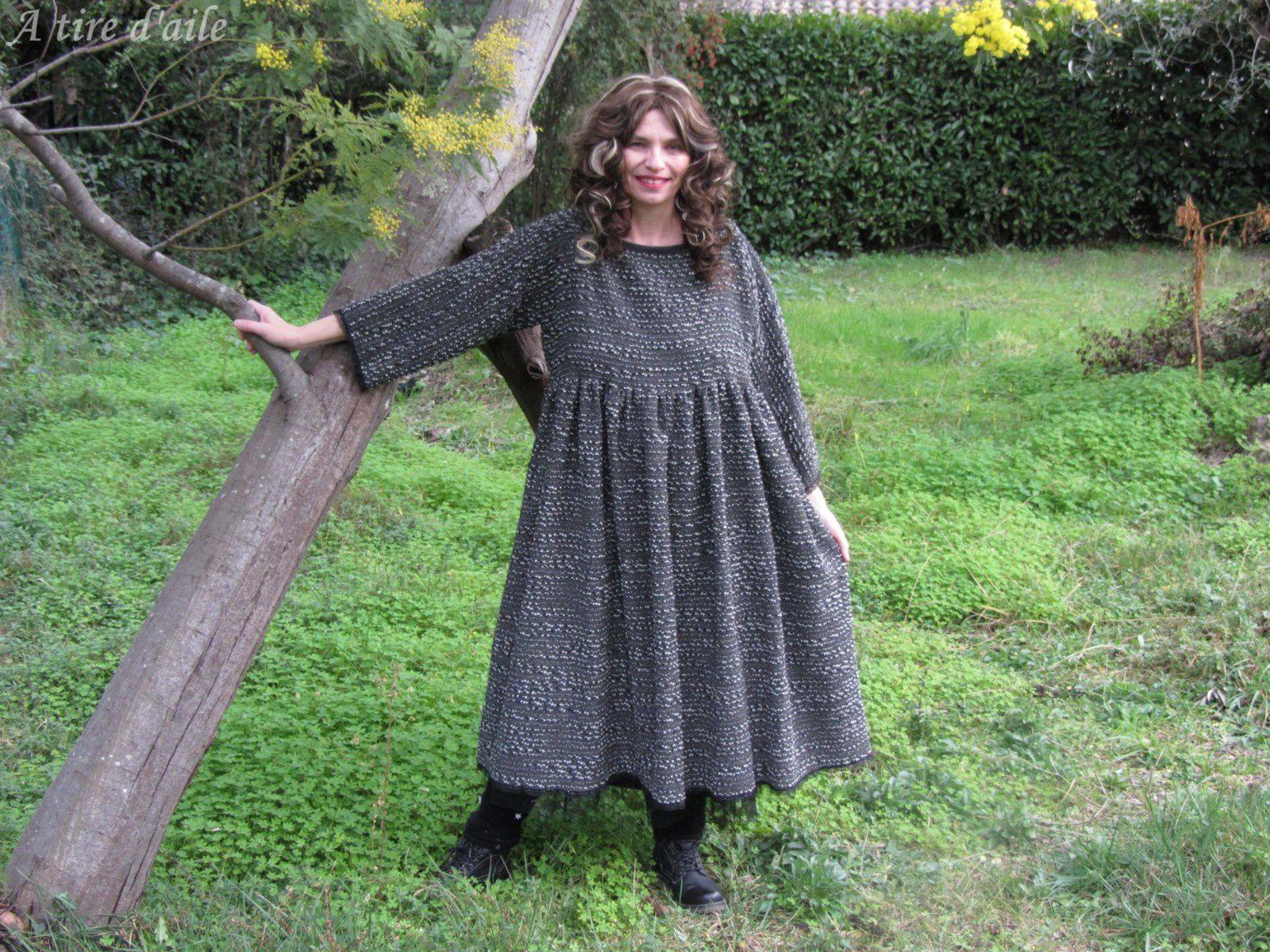 LA belle en lainage gris froissé.