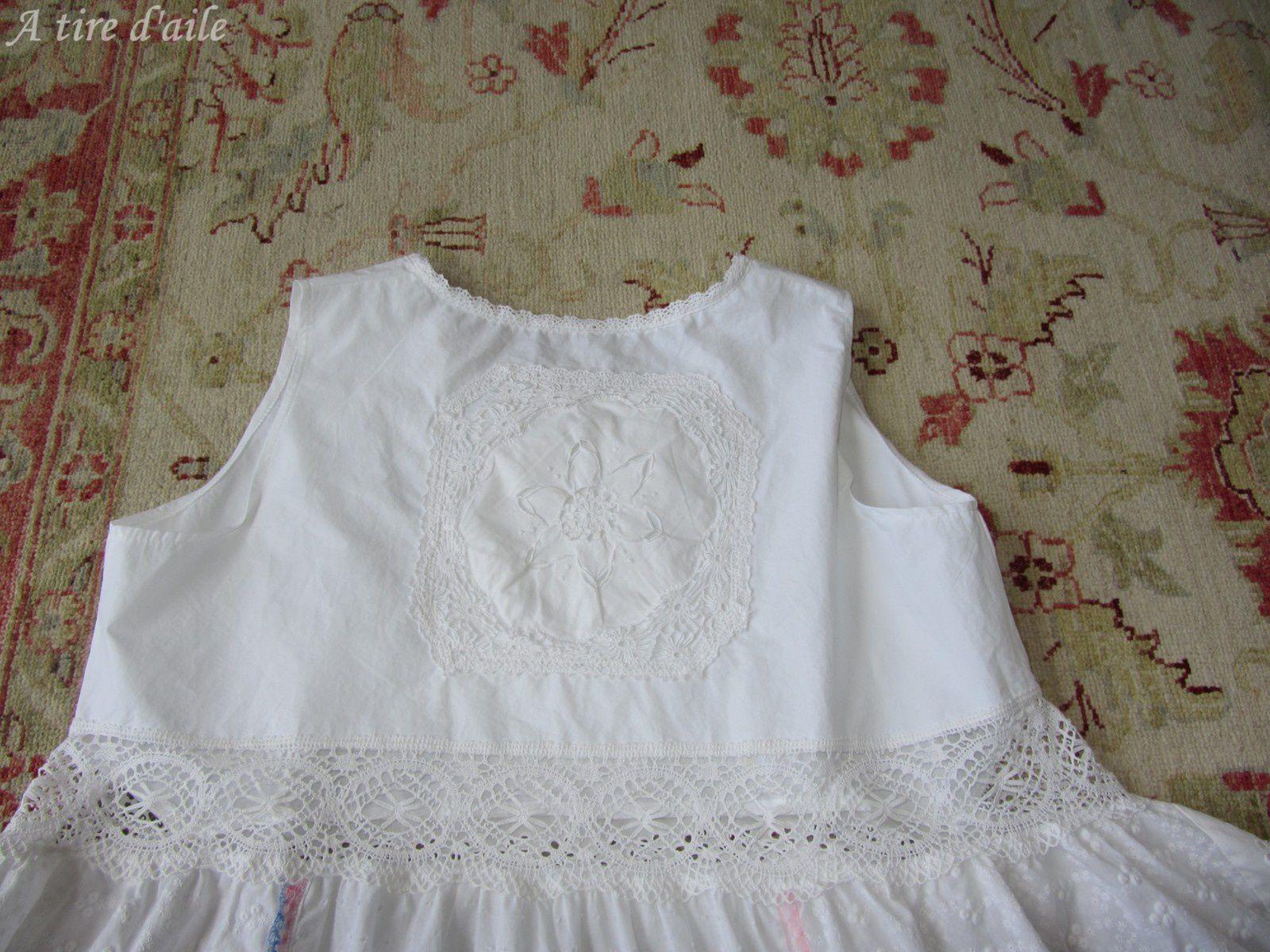 Deux belles &quot&#x3B;burlesques&quot&#x3B; dans les tons de blanc + une en couleur.