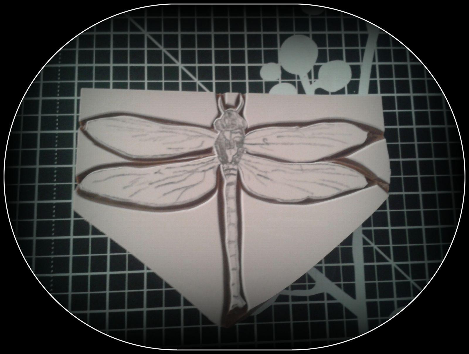 découpe autour du dessin... Cut all around the dragonfly...