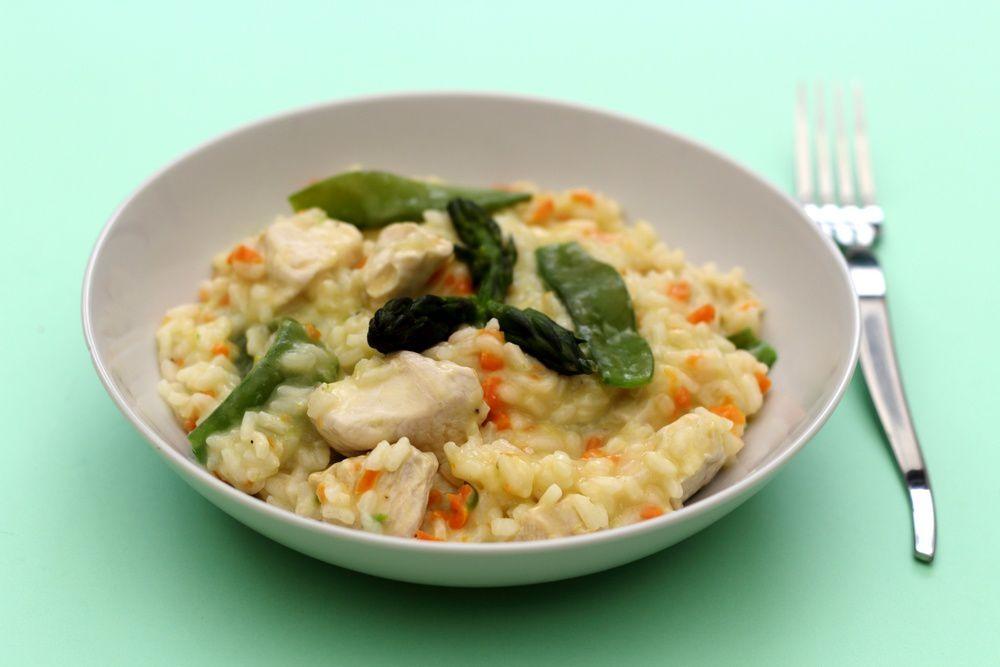 Risotto aux asperges, pois gourmands, carotte et poulet