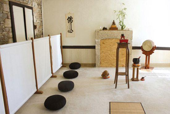 """Dojo zen, avec les coussins de méditation """"zafu"""""""