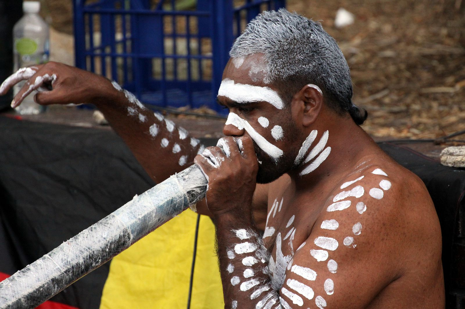 Un joueur de didgeridoo