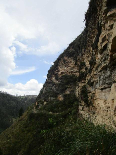 De l'autre côté, on aperçoit sur un pan de falaise une étrange cavitée dans la roche, fermée par une sorte de porte en terre