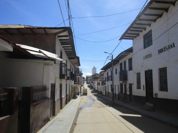 Les charmantes rues de la ville, ici toutes les maisons sont blanches aux balcons et portes en bois et les toits en tuiles