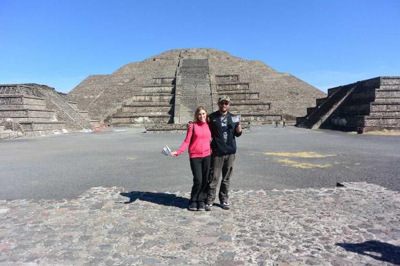 MEXIQUE : Devant les pyramides Aztèques de Teotihuacan