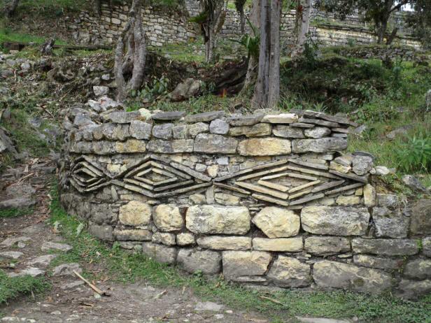 Frise qui pourrait représenter l'oeil du condor ou autre supposition, les trois niveaux de bandes pourraient représenter le ciel la terre et le monde souterrain, thème toujours très présent chez les civilisations sud américaines