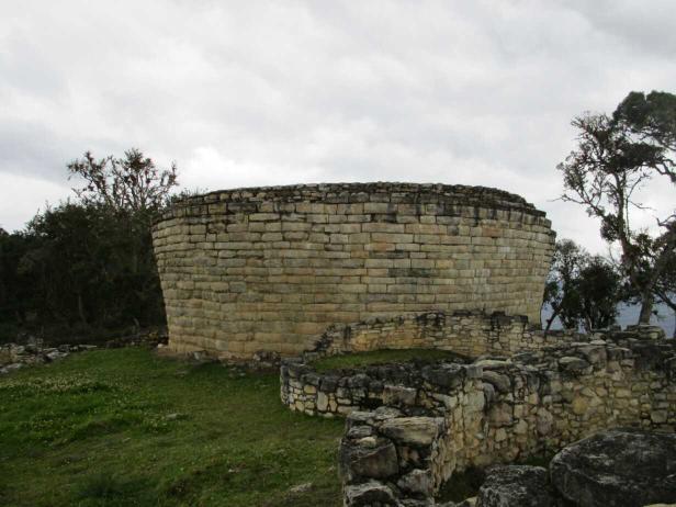 Sorte de réservoir surmonté d'une plateforme réservée aux chamans. On a retrouvé à l'intérieur de nombreux ossements humains et animaux...