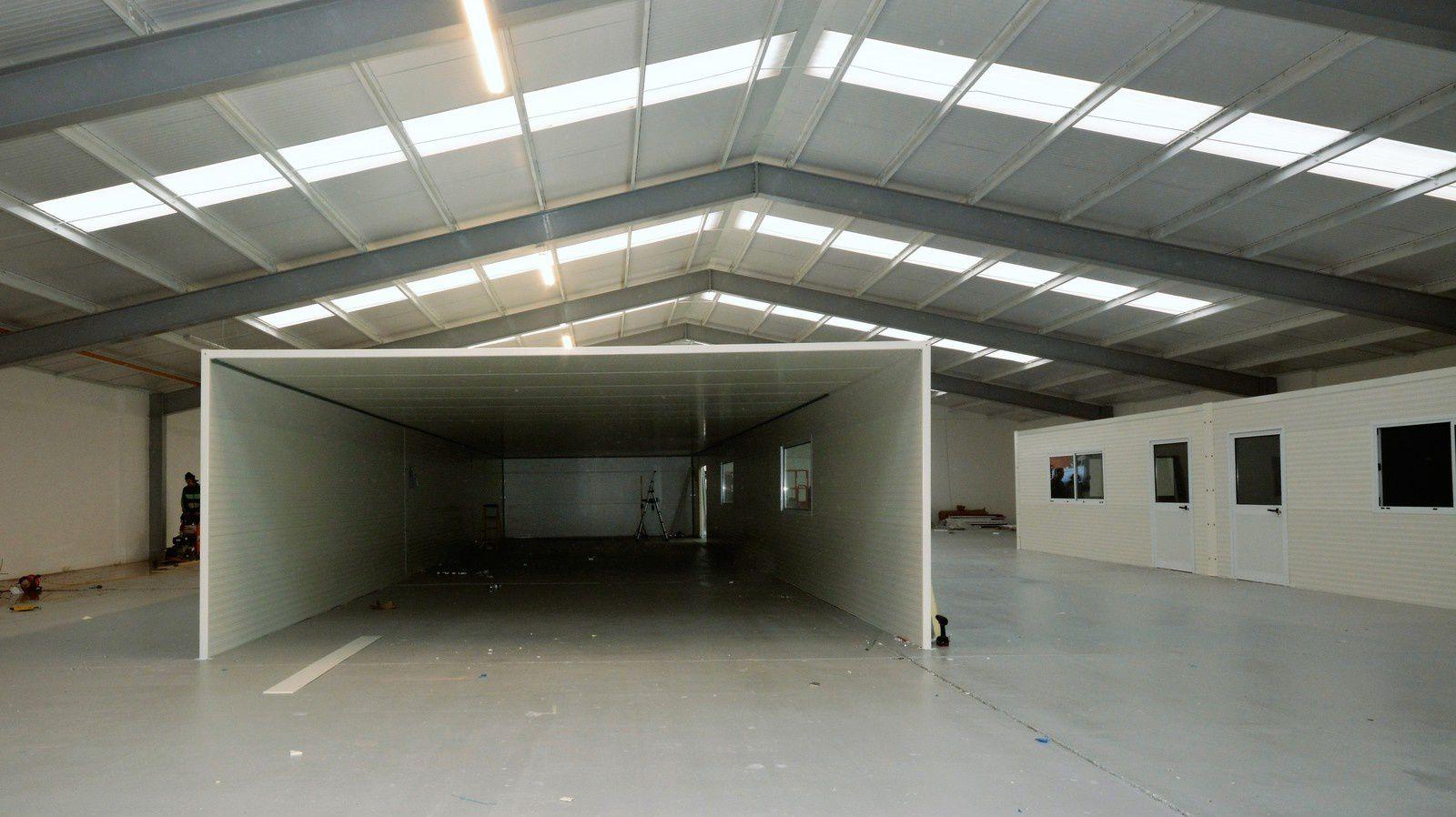 Bureaux et salle de préparation dans un vaste hangar à Derby
