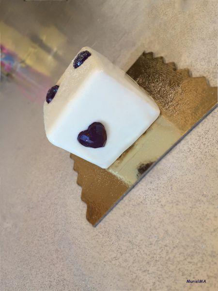 Entremets mousse de mascarpone vanille intense avec un insert de fraise enrobée au chocolat blanc