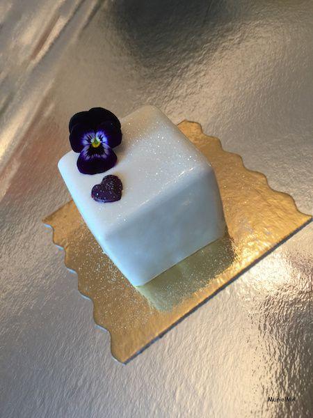 Entremets mousse de mascarpone vanille intense avec une fraise enrobée au chocolat blanc