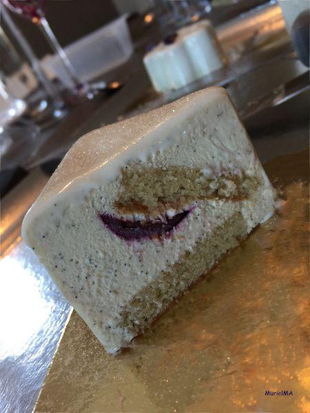 Coupe Entremets mousse de mascarpone vanille intense avec un insert de fraise enrobée au chocolat blanc