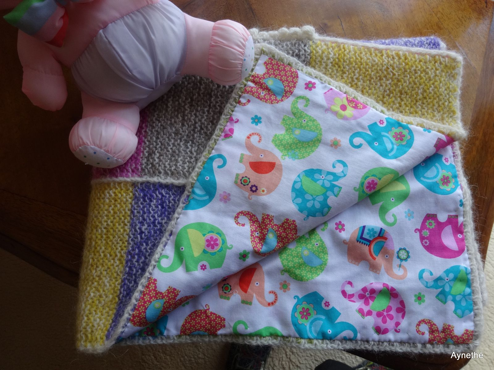Eléphant rose, couverture bébé au point mousse