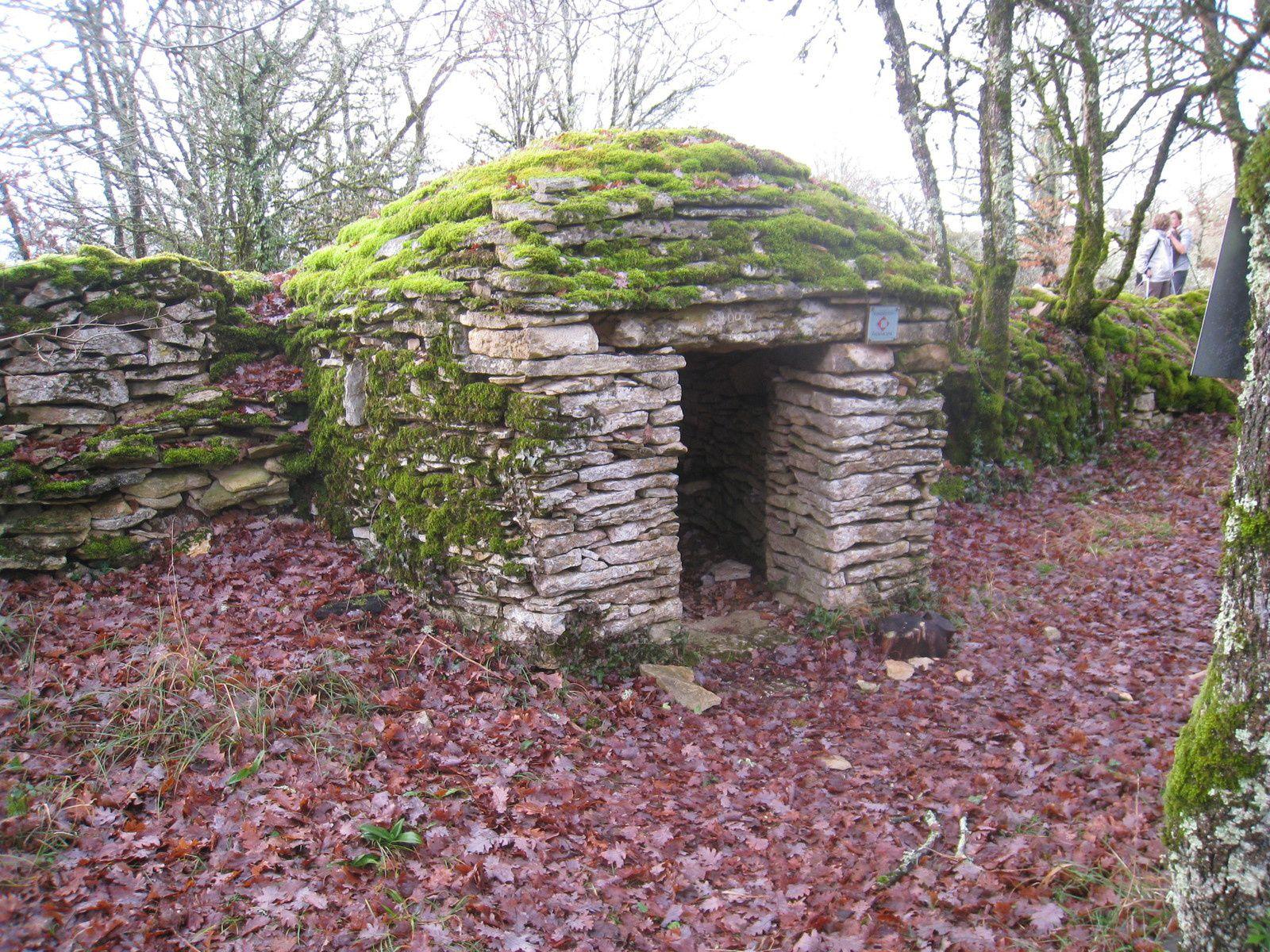 """La """"Cabane de la Louise"""" réhabilitée à partir de 2008, au milieu des Orchidées. Dans ce coin de la Dordogne on ne l'appelle pas Borie."""