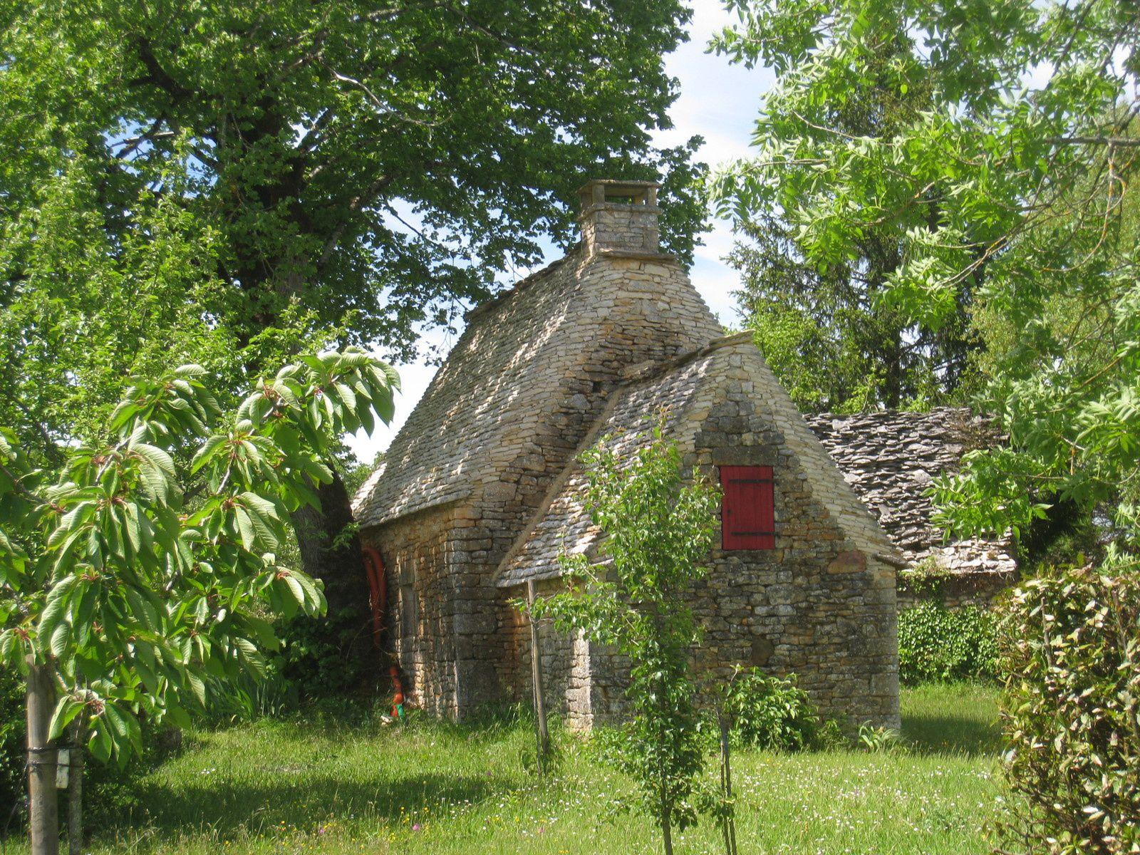 Une cabane avec son toit en lauze, très bien aménagée.