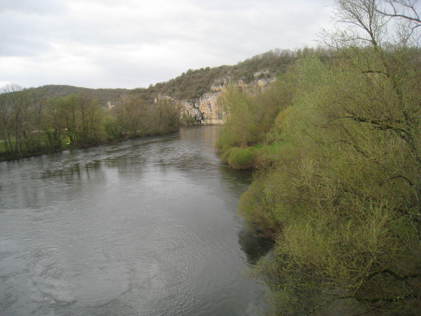 Une jolie vue sur la Dordogne et les falaises depuis le pont de Gluges.