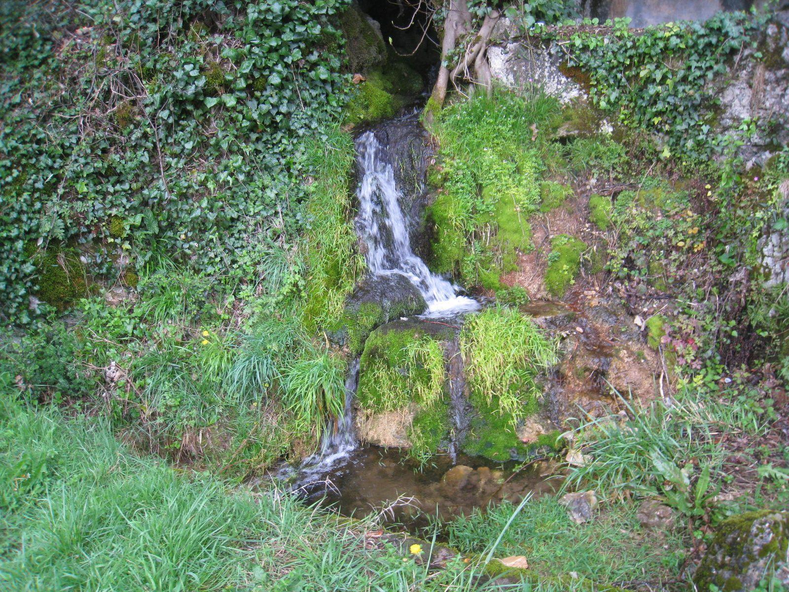 Une petie cascade traverse la falaise.