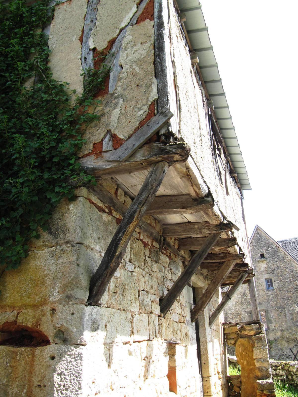 Dommage ! bien restaurée cette demeure serait magnifique