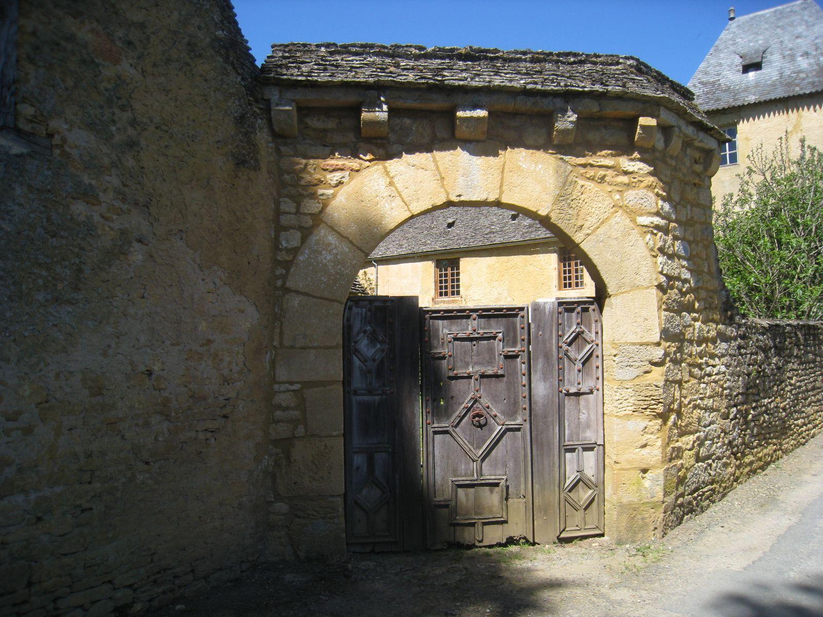 Une vieille porte cochère.