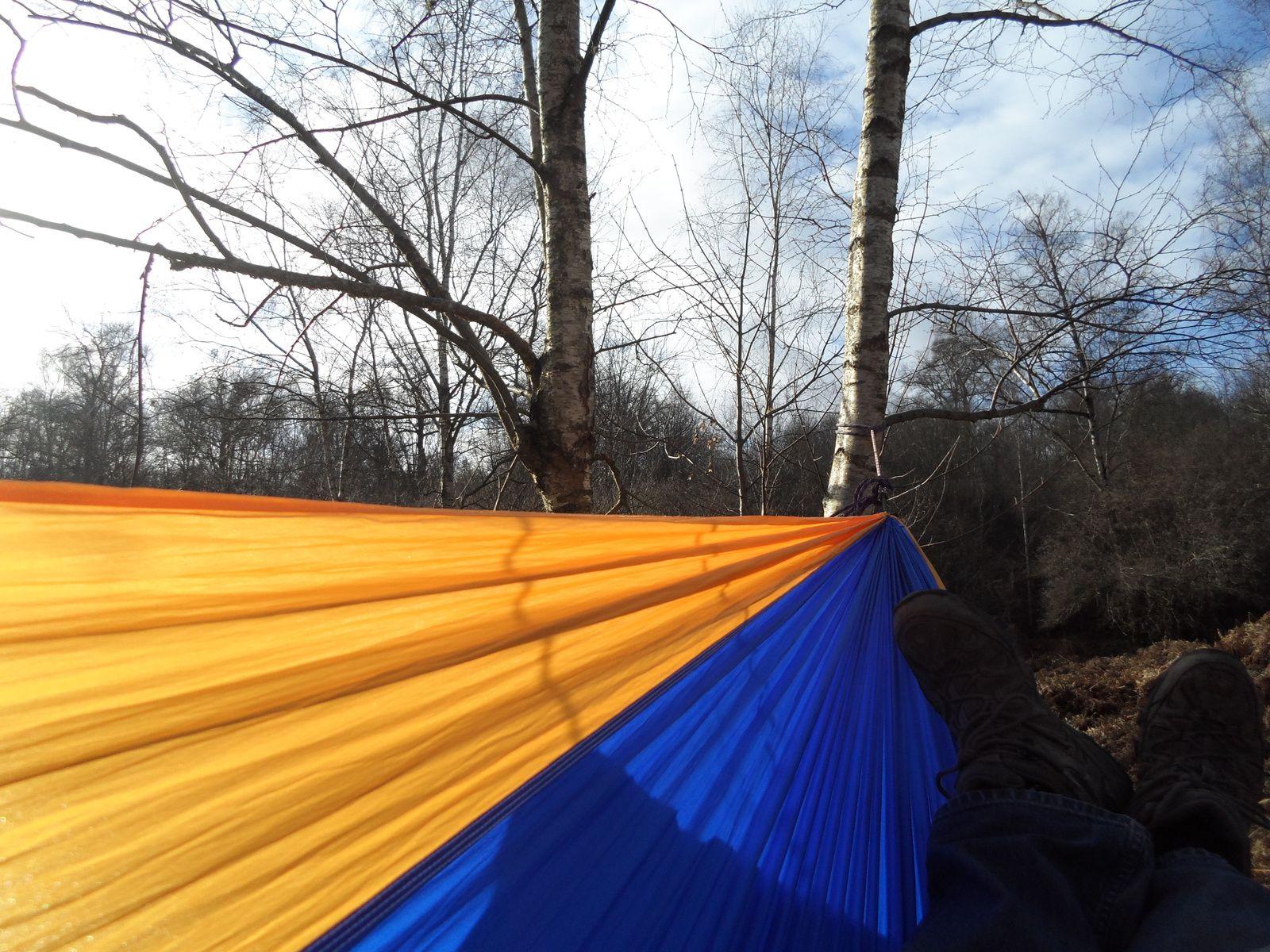 Un moment de repos et de rêverie dans la forêt boréale dans mon hamac de voyage en toile parachute (de Tropical Hamac http://www.tropical-hamac.com/). Photo: PO Combelles.