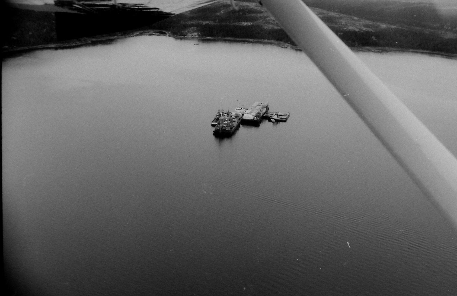 Les barges d'Hydro Québec au lac Robertson. Photo prise en hydravion. Octobre 1993. Pierre-Olivier Combelles