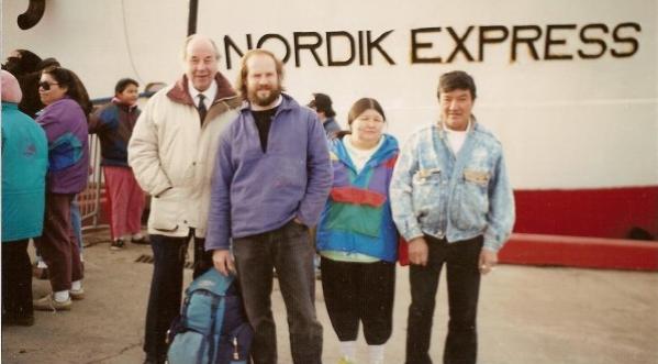 Le Père Alexis Joveneau (à gauche, en parka claire) en compagnie de ses amis sur le quai du Relais Nordik à La Romaine (été 1993): Pierre-Olivier Combelles (vareuse bleue), Mathieu Mark et sa femme.