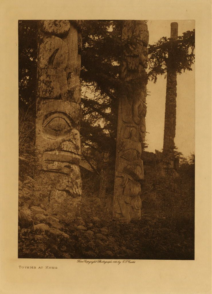 Totems at Kung (Côte du Pacifique). Photographie par Edward S. Curtis.