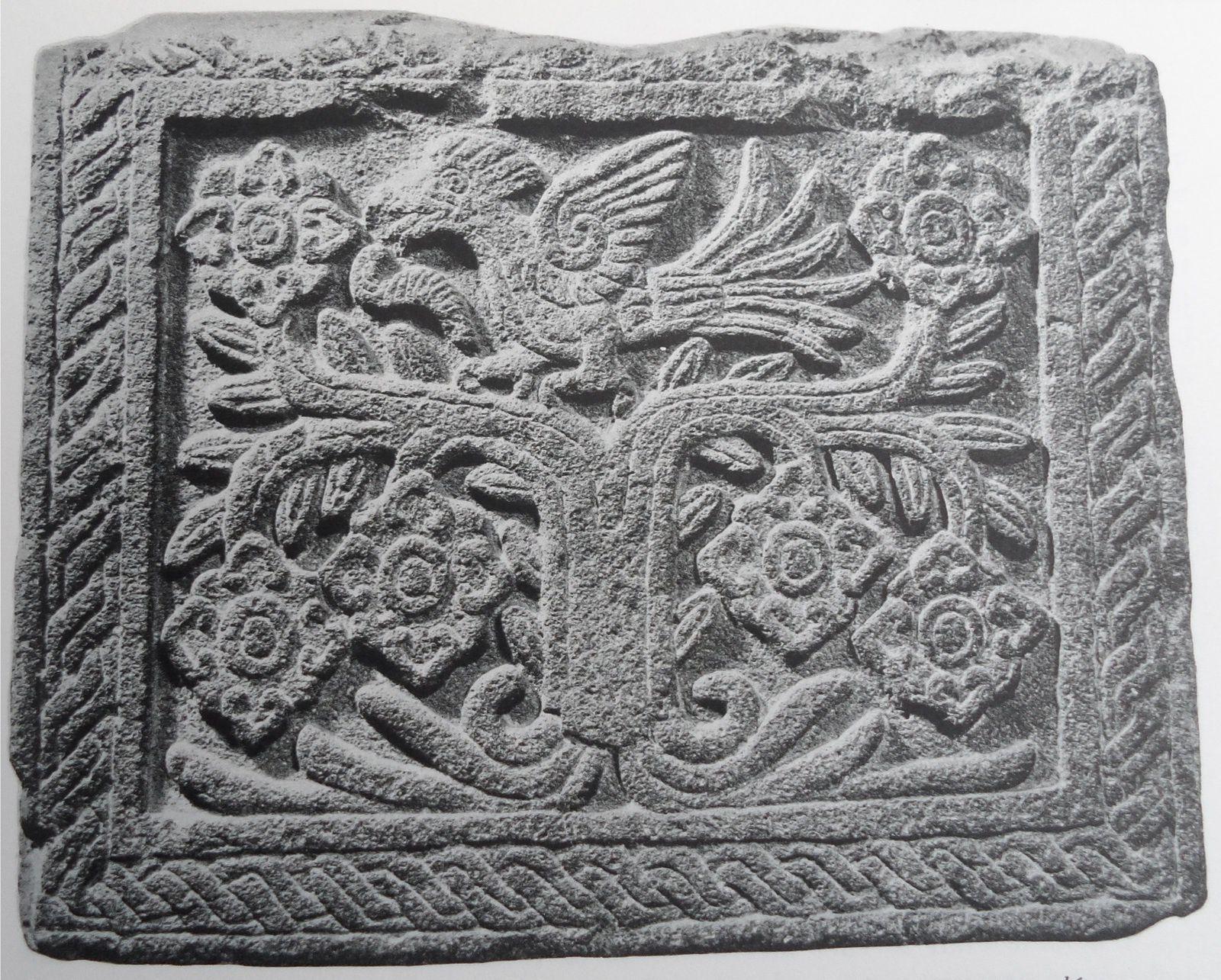 """Bas-relief aztèque. L'arbre fleuri avec des oiseaux, symbole de la poésie ( exprimé en nahuatl par le binôme """"in xochitl in cuicatl, """" la fleur, le chant"""" ou """"le chant fleuri"""") chez les Aztèques. Illustration provenant de l'ouvrage de Jacques Soustelle: """"Album de la vie quotidienne des Aztèques"""" (Hachette, 1959). http://pocombelles.over-blog.com/2016/08/pour-un-tout-petit-temps-seulement-nous-sommes-pretes-l-un-a-l-autre.html"""