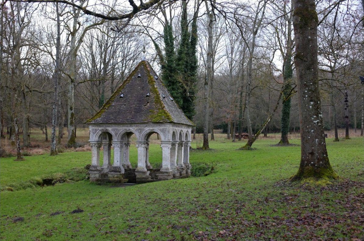 La fontaine de St Thibaut à l'abbaye des Vaux de Cernay, réputée pour donner la fécondité aux femmes qui veulent avoir des enfants. Photo: Pierre-Olivier Combelles