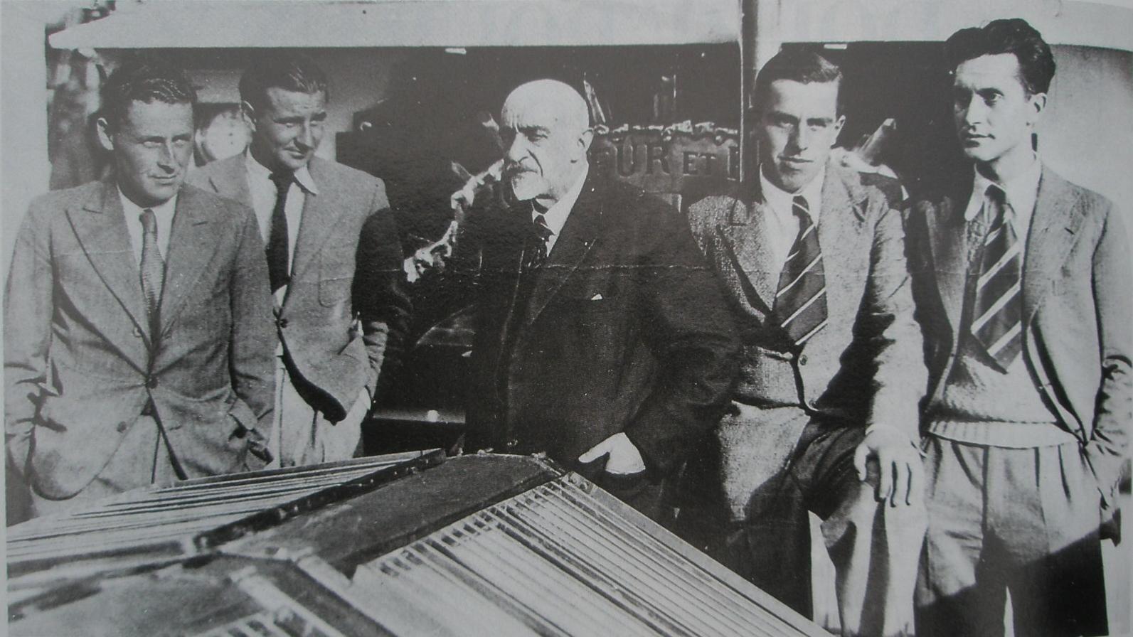Charcot (au centre, en noir) et son équipe à bord du Pourquoi-Pas ? A gauche: Paul-Emile Victor. A droite, Robert Gessain