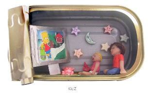 Des scènes miniatures dans des boîtes de sardines